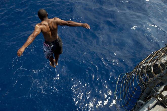 Được nghỉ, lính Mỹ tung tăng bơi lội cạnh tàu chiến - Ảnh 7.