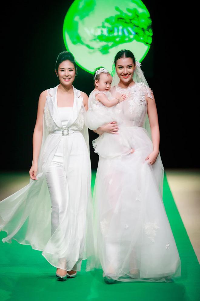 Mẹ con Hồng Quế làm vedette đêm mở màn Tuần lễ thời trang VN 2018 - Ảnh 6.