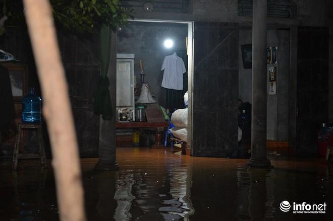 Hà Nội: Nước ngập lút nhà, dân trắng đêm sơ tán tài sản  - Ảnh 6.