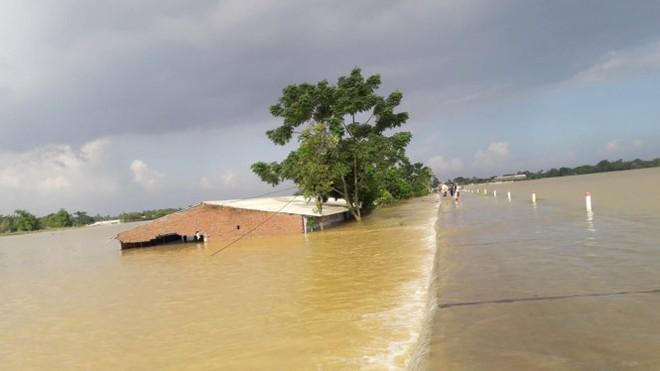 Hình ảnh nước ngập trắng vùng sau sự cố vỡ đê ở Hà Nội - Ảnh 6.