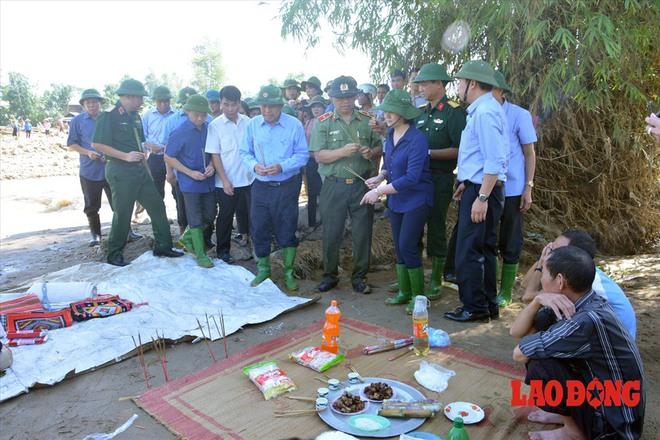 Hình ảnh xúc động: Phó Thủ tướng Trương Hòa Bình thắp hương cho nạn nhân bị lũ cuốn bên dòng suối Thia - Ảnh 6.