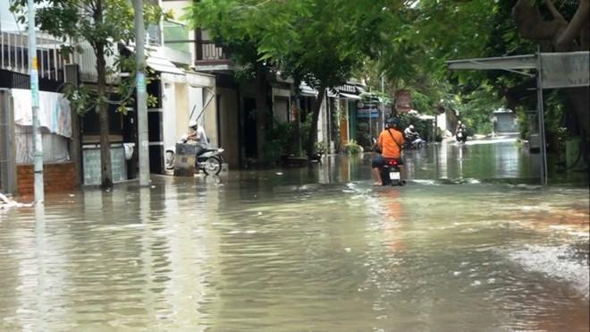 Nước nhấn chìm cả trăm xe máy, ô tô trong chung cư - Ảnh 6.