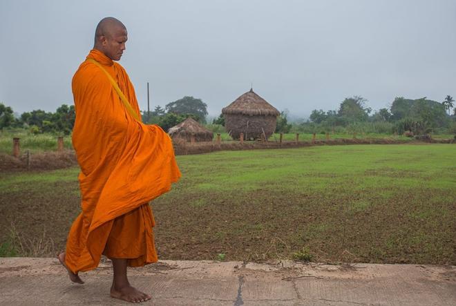 Thánh Muay Thái Buakaw quét chùa, đi khất thực được cảnh sát hộ tống - Ảnh 6.