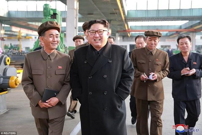 Ảnh độc: Ông Kim Jong-un tươi cười lái ngựa thép - ảnh 6