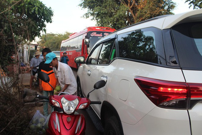 Xe né trạm BOT Biên Hòa, kẹt xe kinh khủng trong đường làng - Ảnh 5.