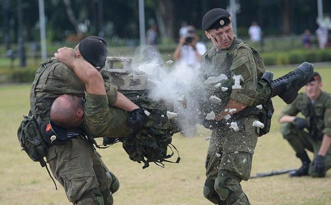 Lính Nga chịu bỏng, đập vỡ gạch trên người để tập luyện
