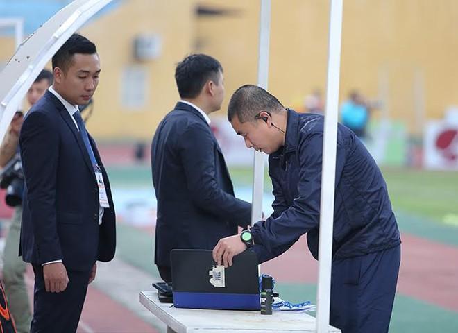 Mặc kệ dư luận, trọng tài Thư đủng đỉnh ngồi bàn sân Hàng Đẫy - Ảnh 6.