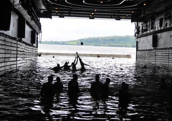 Được nghỉ, lính Mỹ tung tăng bơi lội cạnh tàu chiến - Ảnh 8.
