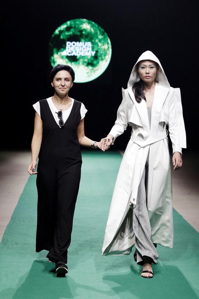 Mẹ con Hồng Quế làm vedette đêm mở màn Tuần lễ thời trang VN 2018 - Ảnh 7.