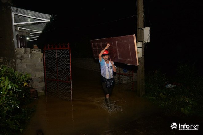 Hà Nội: Nước ngập lút nhà, dân trắng đêm sơ tán tài sản  - Ảnh 7.