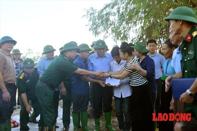 Hình ảnh xúc động: Phó Thủ tướng Trương Hòa Bình thắp hương cho nạn nhân bị lũ cuốn bên dòng suối Thia - Ảnh 7.