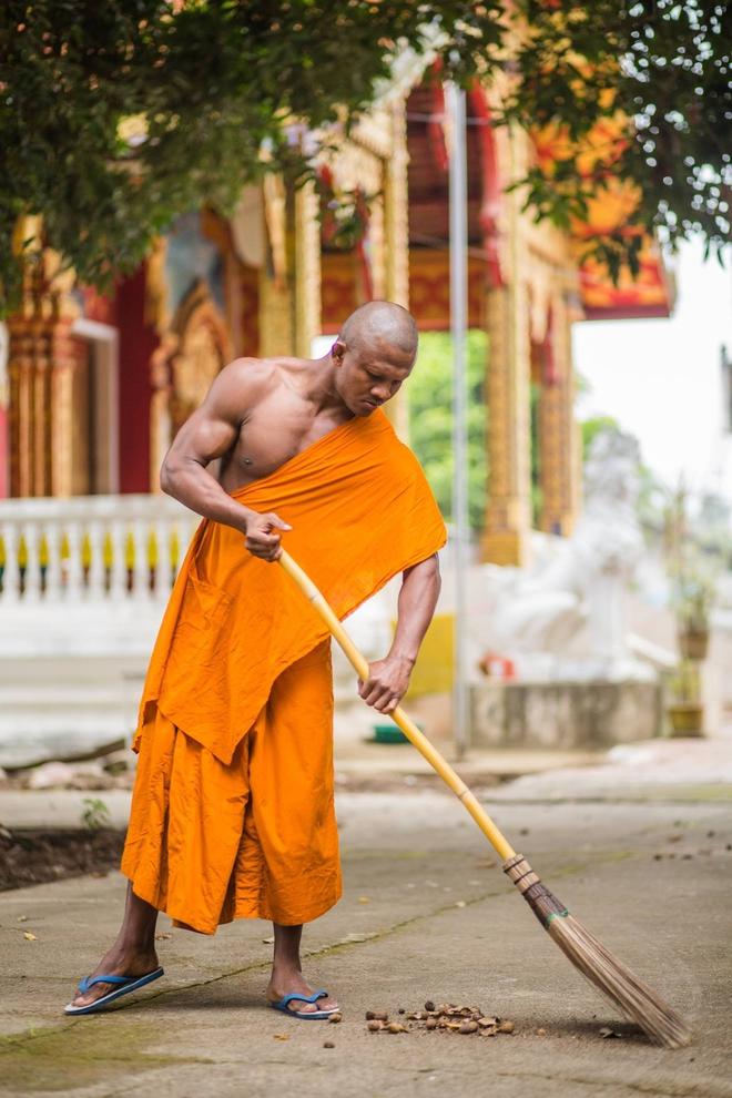 Thánh Muay Thái Buakaw quét chùa, đi khất thực được cảnh sát hộ tống - Ảnh 7.