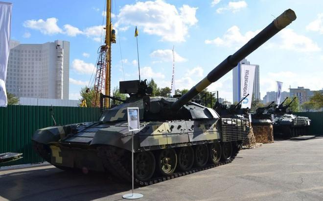 """Chứng minh năng lực quốc phòng, Ukraine khoe dàn xe quân sự """"cây nhà lá vườn"""" hoành tráng"""