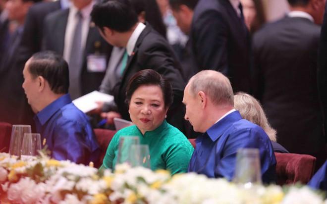 Áo tơ tằm Tổng thống Trump và lãnh đạo APEC mặc dự tiệc có gì đặc biệt - Ảnh 7.