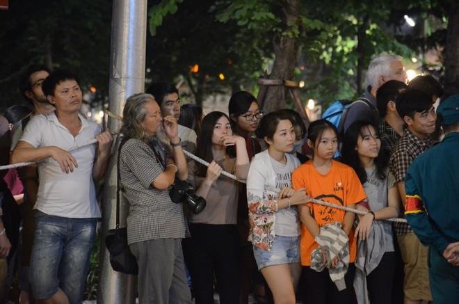 Nhiều cô dâu, chú rể bỏ chụp ảnh cưới để xem đoàn xe Tổng thống Donald Trump chạy trên phố Hà Nội - Ảnh 7.
