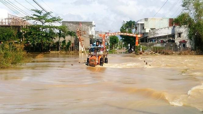 Đường phố Bình Định chìm trong biển nước, người dân dùng máy cày vượt lũ - Ảnh 7.