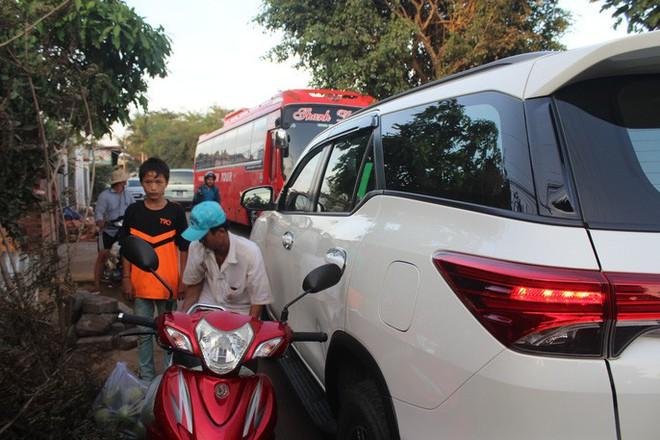 Xe né trạm BOT Biên Hòa, kẹt xe kinh khủng trong đường làng - Ảnh 6.