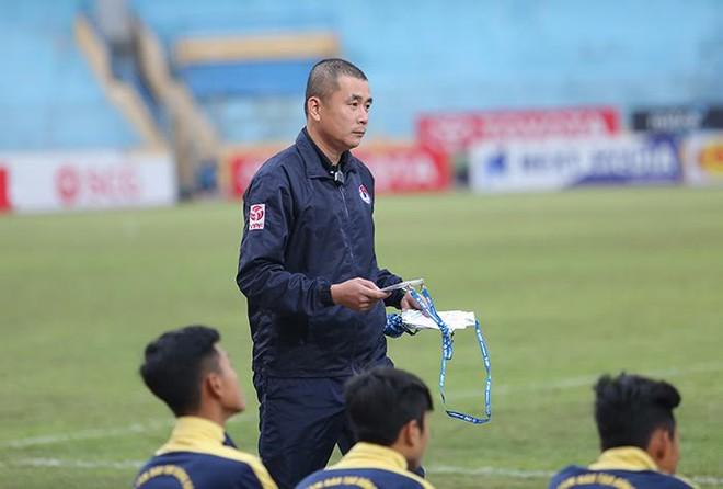 Mặc kệ dư luận, trọng tài Thư đủng đỉnh ngồi bàn sân Hàng Đẫy - Ảnh 7.