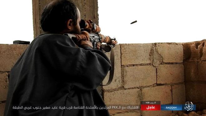 IS giãy giụa ở Raqqa, điên cuồng đánh bom tự sát - Ảnh 8.