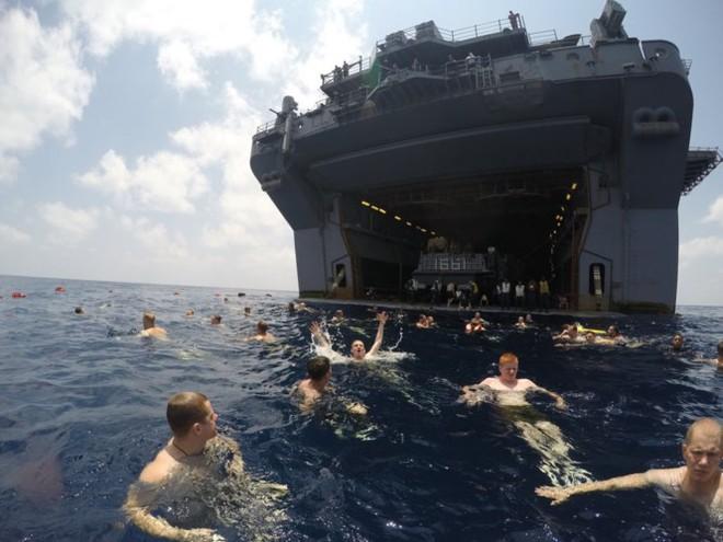 Được nghỉ, lính Mỹ tung tăng bơi lội cạnh tàu chiến - Ảnh 9.