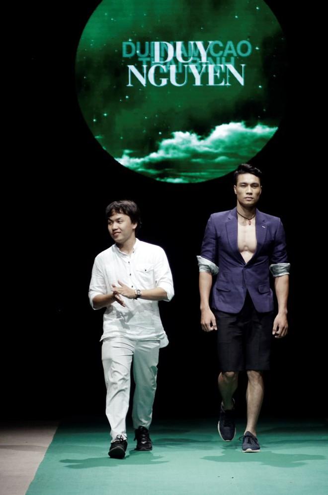 Mẹ con Hồng Quế làm vedette đêm mở màn Tuần lễ thời trang VN 2018 - Ảnh 8.