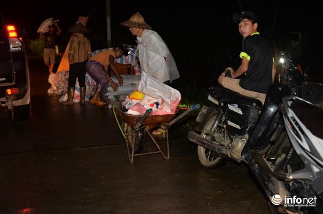 Hà Nội: Nước ngập lút nhà, dân trắng đêm sơ tán tài sản  - Ảnh 8.