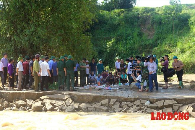Hình ảnh xúc động: Phó Thủ tướng Trương Hòa Bình thắp hương cho nạn nhân bị lũ cuốn bên dòng suối Thia - Ảnh 8.