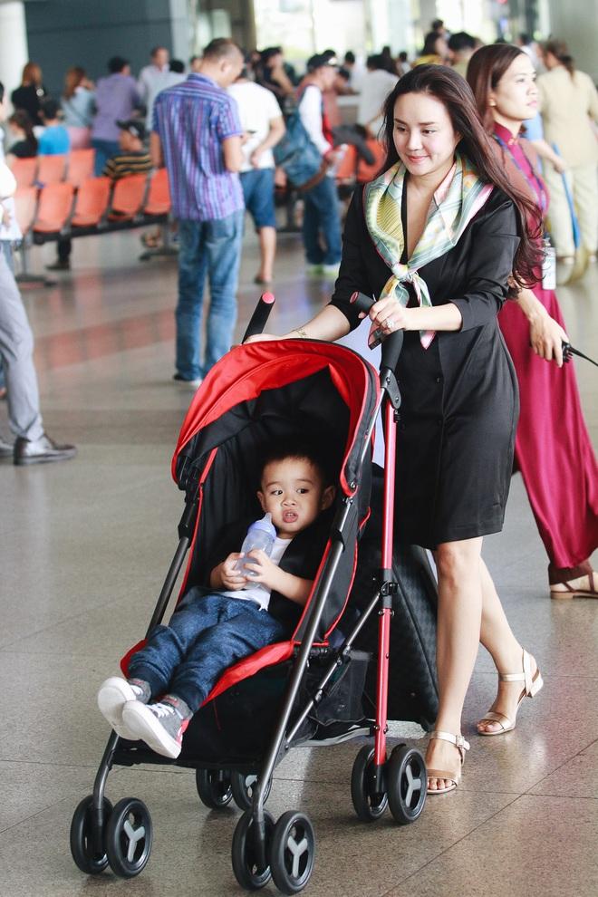 Vy Oanh lần đầu công khai lộ diện với ông xã, cả gia đình cùng trở về từ Mỹ thăm mẹ ốm nặng - Ảnh 8.
