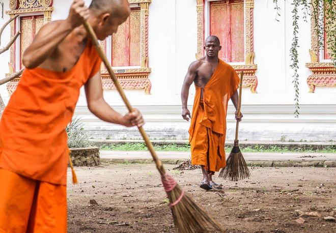Thánh Muay Thái Buakaw quét chùa, đi khất thực được cảnh sát hộ tống - Ảnh 8.
