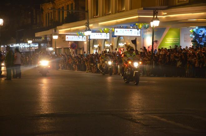 Nhiều cô dâu, chú rể bỏ chụp ảnh cưới để xem đoàn xe Tổng thống Donald Trump chạy trên phố Hà Nội - Ảnh 8.