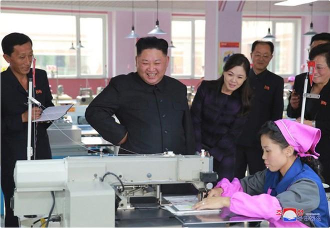 Ảnh độc: Ông Kim Jong-un tươi cười lái ngựa thép - ảnh 8