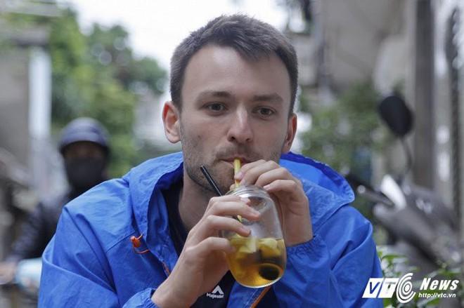 Ảnh: Khách nước ngoài thích thú ngồi uống cà phê trên đường ray tàu hỏa ở Hà Nội - Ảnh 8.