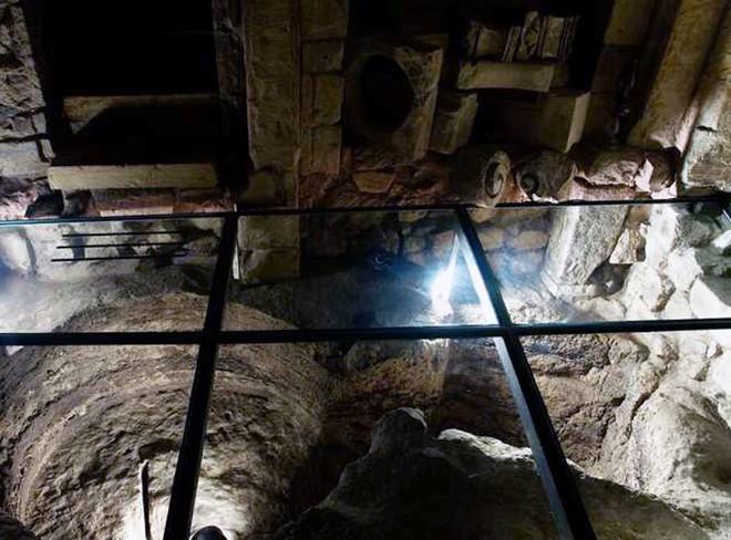 Sửa nhà vệ sinh cũ, người đàn ông phát hiện cả một kho tàng lịch sử vô giá từ hàng thế kỷ trước - Ảnh 8.