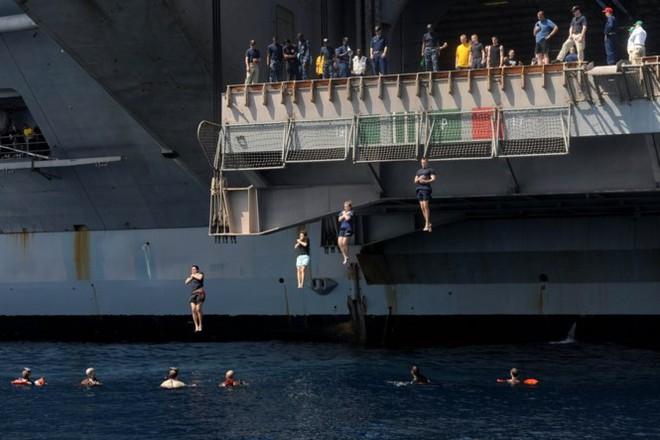 Được nghỉ, lính Mỹ tung tăng bơi lội cạnh tàu chiến - Ảnh 10.
