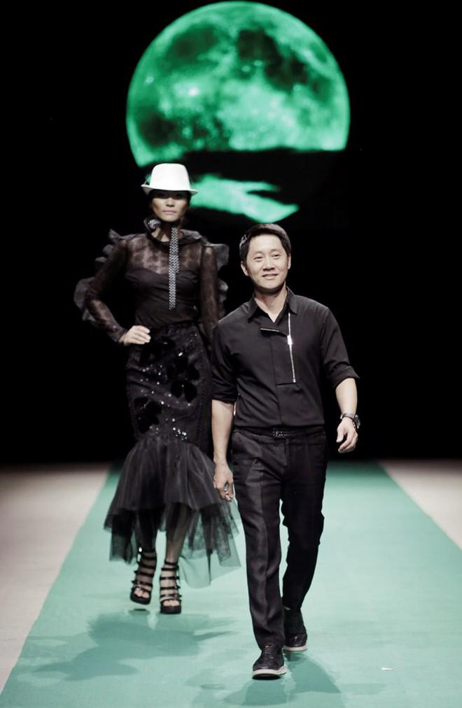 Mẹ con Hồng Quế làm vedette đêm mở màn Tuần lễ thời trang VN 2018 - Ảnh 9.