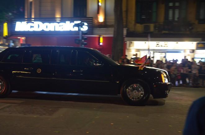 Nhiều cô dâu, chú rể bỏ chụp ảnh cưới để xem đoàn xe Tổng thống Donald Trump chạy trên phố Hà Nội - Ảnh 9.