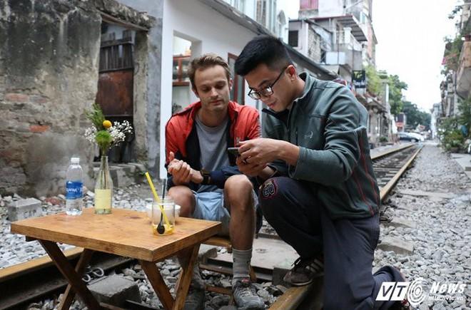 Ảnh: Khách nước ngoài thích thú ngồi uống cà phê trên đường ray tàu hỏa ở Hà Nội - Ảnh 9.