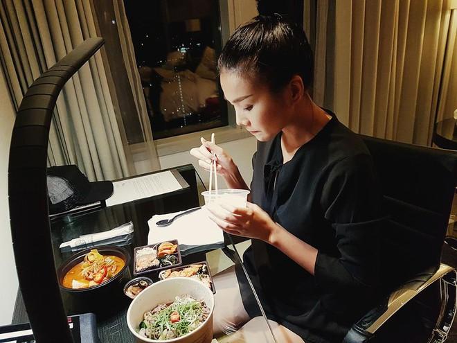 Những bữa ăn đạm bạc và tạm bợ của siêu mẫu Thanh Hằng sau hào quang - Ảnh 10.