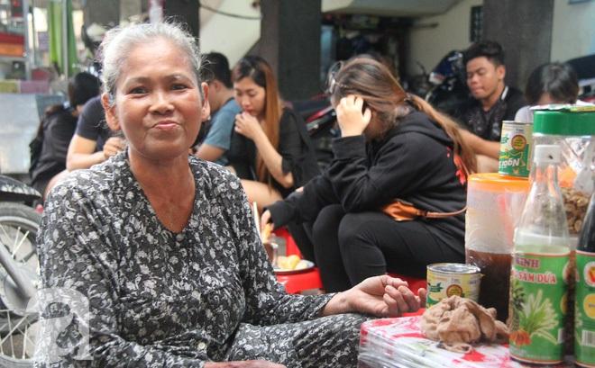 """Chuyện kể từ đôi bàn tay """"kỳ dị"""" của dì Tám bán cacao bánh mì, mấy mươi năm làm người Sài Gòn thương nhớ"""