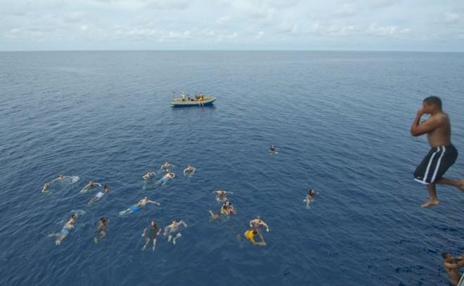 Được nghỉ, lính Mỹ tung tăng bơi lội cạnh tàu chiến - Ảnh 11.