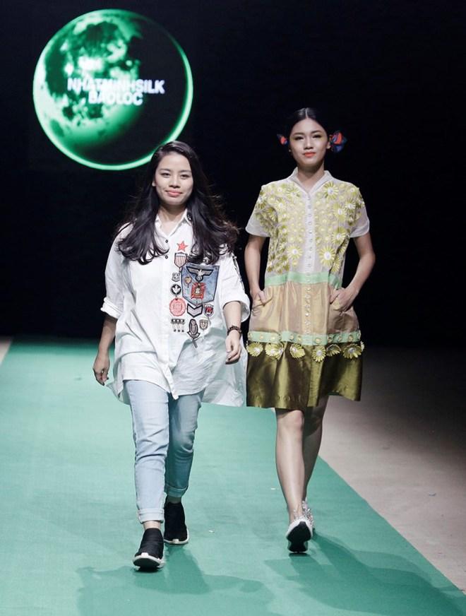 Mẹ con Hồng Quế làm vedette đêm mở màn Tuần lễ thời trang VN 2018 - Ảnh 10.