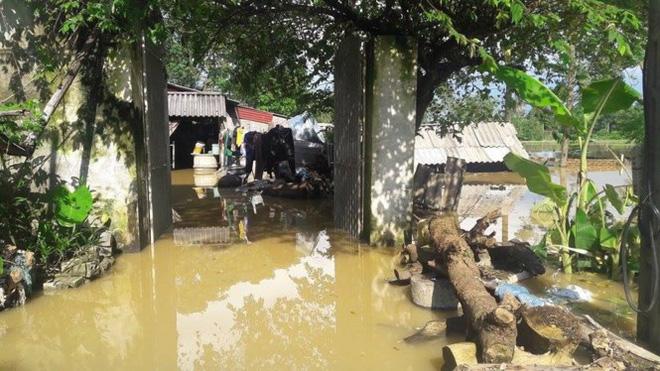 Hình ảnh nước ngập trắng vùng sau sự cố vỡ đê ở Hà Nội - Ảnh 10.