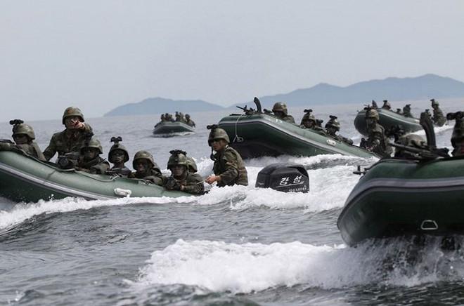 Ảnh hiếm đặc nhiệm Triều Tiên tập trận đổ bộ chiếm đảo - Ảnh 10.