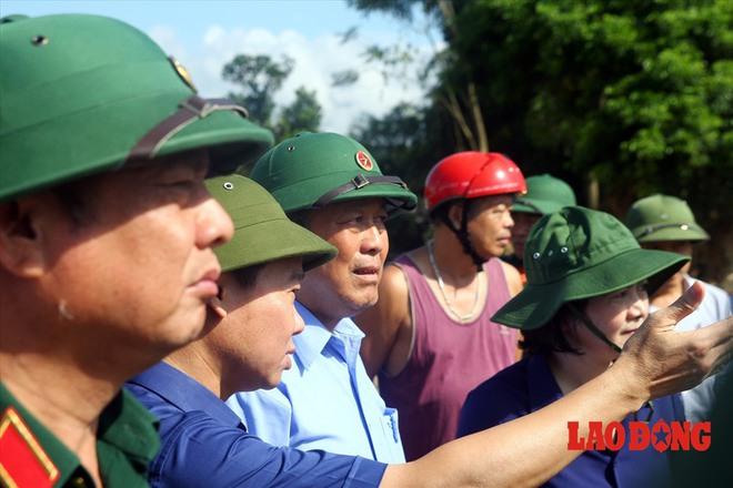 Hình ảnh xúc động: Phó Thủ tướng Trương Hòa Bình thắp hương cho nạn nhân bị lũ cuốn bên dòng suối Thia - Ảnh 10.