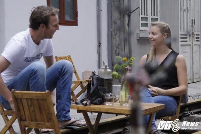 Ảnh: Khách nước ngoài thích thú ngồi uống cà phê trên đường ray tàu hỏa ở Hà Nội - Ảnh 10.