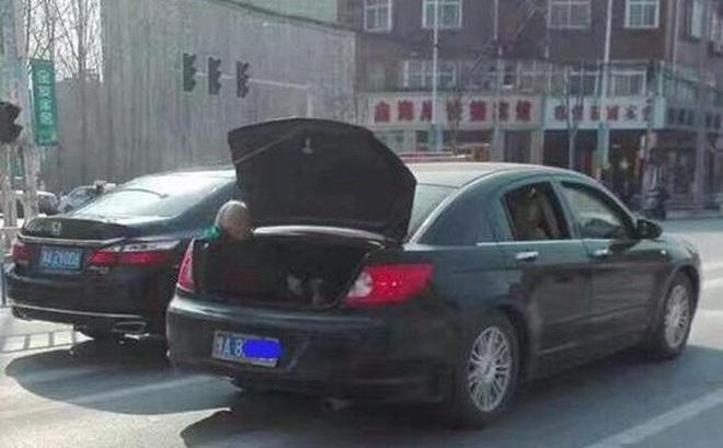 Sự thật đằng sau hình ảnh cụ già tóc bạc ngồi ở cốp xe gây bức xúc