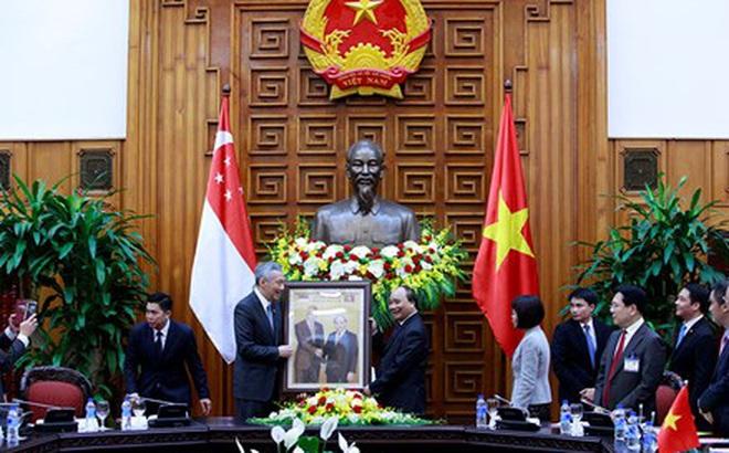 Thủ tướng Nguyễn Xuân Phúc tặng Thủ tướng Singapore món quà độc đáo
