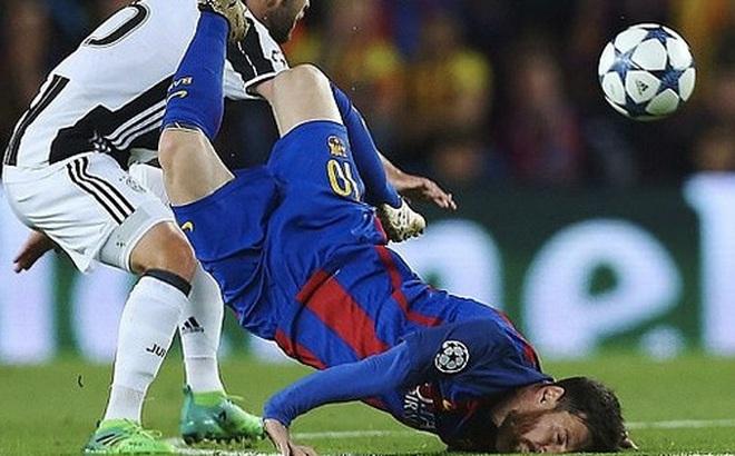 Bức ảnh Messi ngã sấp mặt gây bão