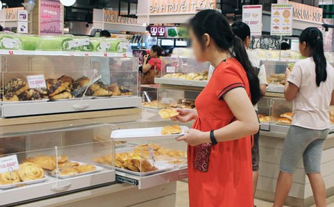 Clip: Vô tư bốc bánh, nếm bánh bằng tay trong siêu thị - chuyện buồn về ý thức mua hàng của người Việt
