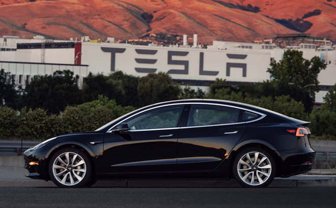 Elon Musk tiết lộ những hình ảnh của chiếc xe điện Tesla Model 3 đầu tiên rời dây chuyền sản xuất